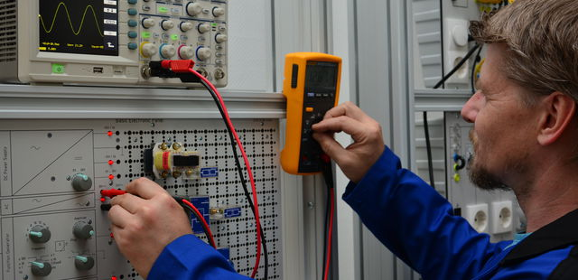 Training as electrical specialist for defined    :: PMCRail